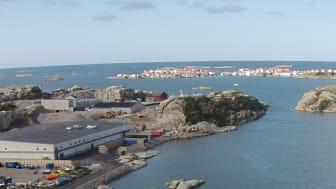 År 2015 stod Klädesholmen Seafoods nybyggda fabrik färdig på Tjörn. I bakgrunden syns även Klädesholmen där man fortfarande bedriver produktion.