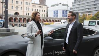 Christina Bu, generalsekretær i Elbilforeningen, og Kjetil Hulbach, forretningsutvikler i Schneider Electric