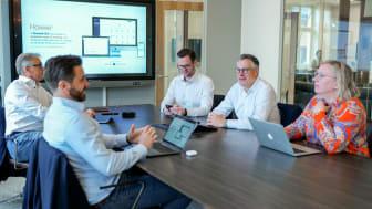 Ledare i Sverige har utmaningar i att nå sina strategiska mål. I bild: Ledningsgruppen på Howwe Technologies diskuterar branschöverskridande utmaningar och produkterna som kan lösa dem.