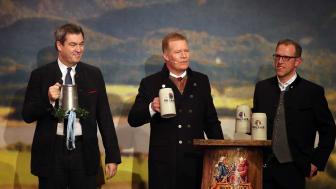 Ministerpräsident Markus Söder, Paulaner Geschäftsführer Andreas Steinfatt und der 1. Braumeister Christian Dahncke beim ersten Schluck Salvator.
