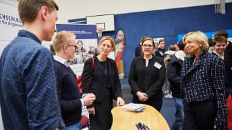 Bildungsministerin Karin Prien und Ingeborg Prinzessin zu Schleswig-Holstein, Vorsitzende der Stiftung Louisenlund beim Weltmarktführer-Forum im Dialog mit MINT-Talenten