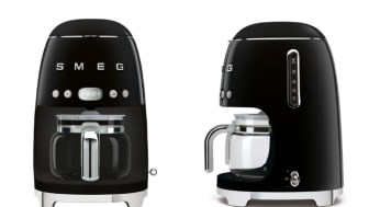 Smegs nya familjemedlem, kaffebryggaren DCF01BLEU. Se den i alla färger nedan.