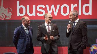 På Busworld messen i Bruxelles overleverede juryformand Tom Terjesen det eftertragtede trofæ til Jan Aichinger og Rudi Kuchta, MAN Truck & Bus (fra venstre til højre).
