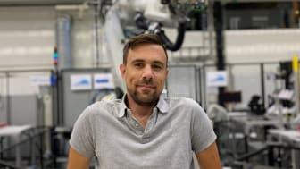 Forskningsingenjör David Simonsson utvecklar distanslaborationer.