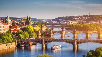 Solnedgång över Gamla stan och Karlsbron som går över floden Vltava i Prag, Tjeckien. Foto: Shutterstock.
