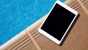 Klar for sommerferie? Her får du tipsene til en behageligere reise med elektronikk i bagen. Foto: Unsplash.com