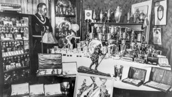 Arthur Häggblad med sin prissamling och Vasaloppets segertrofe i centrum - Foto Västerbottens museum