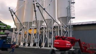 Byggingen av det moderne siloanlegget nærmer seg slutten – snart er Webers logo på plass. Åpningen skjer i januar 2021.
