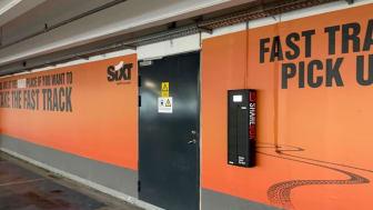 Sixt på Kastrup lufthavn, København. Kunder av Sixt kan hente deres leiebil innenfor kort gå avstand ved ankomst.