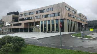 Åsane vgs og kulturhus ble åpnet i august 2020. Norconsult avdeling for skoleutvikling ledet brukerprosesser og programmerte på oppdrag fra Hordaland fylkeskommune. (Foto: Norconsult)