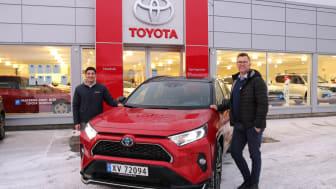 Vi er svært godt fornøyd med salget av biler i 2020, sier Barez Piri og Tor Anders Johansen hos Nordvik Toyota Mosjøen. Foto: Nordvik AS.