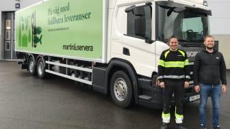 Chaufför Simon Sjöberg och transportledare Marcus Stockberg vid den senast levererade biogasbilen som kör ut varor från Martin & Servera i Norrköping.
