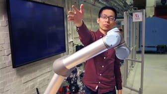Robottekniken har testats tillsammans med människor. Här är det KTH-forskaren Hongyi Liu som interagerar med roboten. Foto: Hongyi Liu.