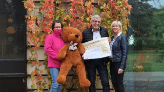 Kerstin Stadler von Bärenherz freut sich über den Spendenscheck, den Thomas Hentschel und seine Lebensgefährtin Doreen Eberhardt ins Kinderhospiz brachten
