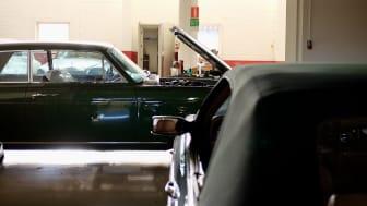 På ett industriområde i Trollhättan finns en bilverkstad fylld med Rolls-Royce och Bentley. Nu auktioneras bilarna ut.
