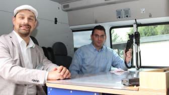 Sascha Gödecke, Leiter Kommunalmanagement Westfalen Weser, hat sich die Funktionen der Digitalfunkgeräte von Dominik Lossen, Technische Leitung Einsatz DLRG Paderborn, im Führungsfahrzeug erläutern lassen.