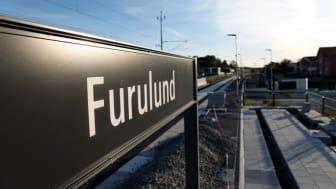 En tillgänglig och inbjudande entré till stationen och ett grönområde som bjuder in till avkoppling och trygghet utformas nu vid Furulunds samlingspunkt för tåg- och busstrafik.