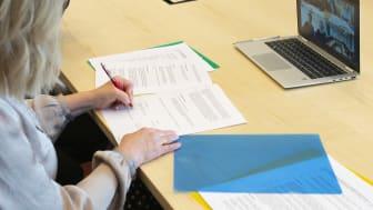 Avtalsskrivning på distans. Marie Öhman på plats i Jönköping och representanter från kommunerna i Eksjö, Värnamo och Oskarshamn skrev på avtalet på sina respektive orter samtidigt som de pratade över videolänk.