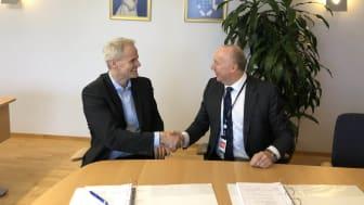 FORSVARSKONTRAKT. (f.v.) Eiliv Ofigsbø, direktør for IKT-kapasiteter i Forsvarsmateriell, fornyer avtalen med Sopra Steria, her ved administrerende direktør Kjell Rusti. Foto: Sopra Steria