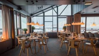 I restaurang Funktionärsmässen kan gästerna njuta av såväl god mat som vacker utsikt. Foto: Hurtigruten Svalbard/Agurxtane Concellon