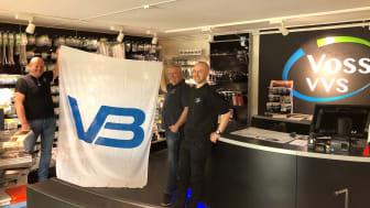 VB-logoen er igjen kommet opp i lokalene til Voss VVS. Fv: Frode Vedaa, Magne Emil Tvedt og butikkansvarlig Erik Hovland.