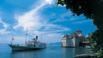 Das Dampfschiff Rhone vor dem Schloss Chillon bei Montreux am Genfersee im Kanton Waadt, eine der berühmtesten Burganlagen Europas. Copyright: Switzerland Tourism/Swiss Travel System By-Line: swiss-image.ch/Christof Sonderegger