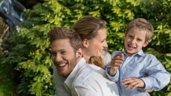 Im Sommer verbringen die Menschen wieder mehr Zeit draußen, wo auch das Gehör vielseitig gefordert wird. Bei Hördefiziten hilft der Hörakustiker. Foto: FGH