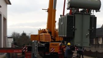 Eine logistische Herausforderung - Der Trafo wird ins Gebäude gehievt