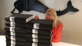 VA-chefen Pernilla Bratt framför de 15 kopior av tillståndsansökans som nu är inlämnade till Mark och Miljödomstolen. Den uppmärksamme ser ett litet usb-minne med alla dokument samlade digitalt. Nu inväntar vi med spänning på nästa fas.