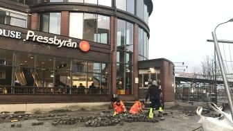 Det pågår ett intensivt arbete för att få att stensättningen på plats utanför stationsbyggnaden. En vecka efter invigningen kommer Järnvägsgatan att öppnas upp för trafik igen. Foto: Hässleholms kommun