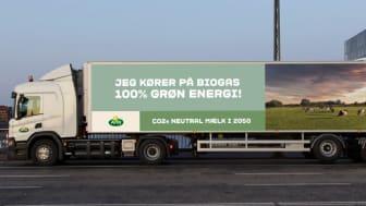 Fem nye biogaslastbiler skal nu levere Arla-mælk til danskerne
