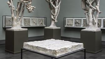 Gustav V Topoi I-II, 1 av (2 stk baser i gips, ca 70 cm x 70 cm x 8 cm) Dag Erik Elgin / Et modernistisk punktum