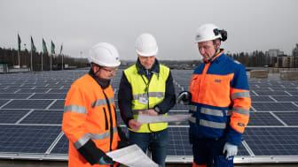 Aren Jari Aalto ja Harri Launo esittelevät joulukuussa valmistuvaa Launeen Prisman aurinkovoimalaa Hämeenmaan kiinteistöjen kiinteistöjohtaja Ari Järviselle.
