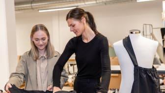 Linnéa Magnusdotter, Designer & Creative director på XV Atelier och Emma Ivarsson, Product Manager på Hejco, kontrollerar tygväskan.
