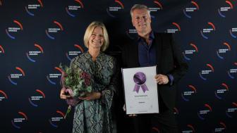 Eva Kristensson och Peter Mellin från Sodexo tar emot priset av Universum