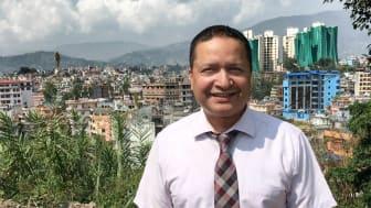 Her er Dr. Arun Raj Kunwar på tomten der det skal bygges en ny barnepsykiatrisk klinikk i Katmandu.