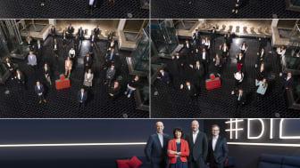Die 111 neuen Azubis (aufgeteilt in vier Gruppen) der Stadtsparkasse München. Unten im Bild: Der Vorstand.