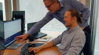 Jonas Sponås (stående) er til vanlig IKT driftsansvarlig ved EcoOnline. Det siste året har han i tillegg fungert som faglig leder for lærling Hans Christian Forman Fasmer.