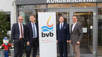 Haben gemeinsam den Meilenstein in und für Blomberg gelegt (v. l.): Andreas Speith und Jürgen Noch, beide Geschäftsführer WWN, Peter Begemann, Geschäftsführer BVB, und Michael Wippermann, Leiter Netzvertrieb bei WWN.