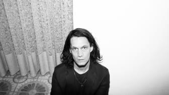 Jonathan Johansson bidrar med en nyinspelning av sin låt Sommarkläder till årets digitala examenshögtider vid Malmö universitet.