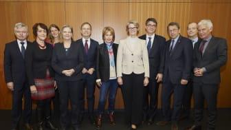 Die Mitglieder des Strategiekreises zur Dekade gegen den Krebs. In der Mitte Ministerin Anja Karliczek, Christa Maar und Michael Baumann vom DKFZ