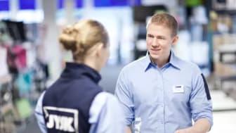Våre ansatte hjelper deg gjerne med å få varene ut i bilen, uavhengig om du har kjøpt varene via netthandel, med avlevering i butikk, eller om du kjøper varene på en hyggelig handletur i en av våre butikker