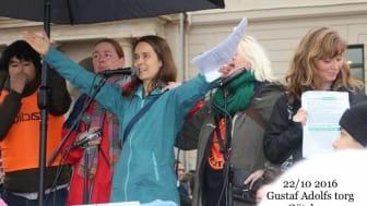 Helena Lindroos talar på en manifestation på Gustaf Adolfs torg i Göteborg hösten 2016.