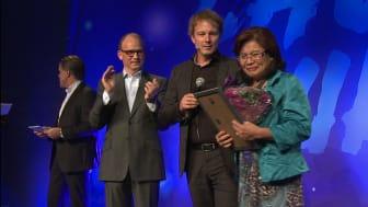Vinner Maria Svensson sammen med driftsdirektør John Kristian Stubban og administrerende direktør Torgeir Silseth.