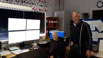 Tågklarerarna Birger och Bengt-Olof manövrerar tillsammans denna första dag, ställverket i Arvidsjaur via tågledningsystemet Cactus.