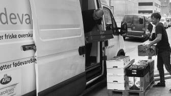 FødevareBankens biler kører ud med gratis mad 299 steder i landet fra lagre i Kolding, Århus og København.