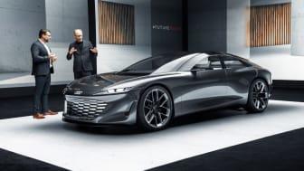 Utvecklingschef Oliver Hoffman och Designchef Marc Lichte premiärvisar Audi grandsphere concept i samband med IAA 2021