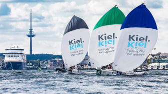 Segelregatten auf der Kieler Innenförde sind immer spektakulär und die Boote zum Greifen nah für die Zuschauer*innen.