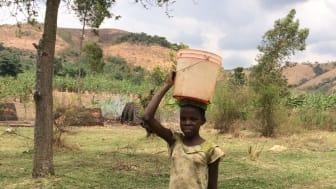 I dag är det främst barn och ungdomar som har till uppgift att hämta vatten till sina familjer.