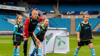 En del av opplegget rundt Telenor Xtra er at unge spillere får møte etablerte spillere. Her i aksjonen sammen med landslagets Birger Meling. (Foto: Norges Fotballforbund)